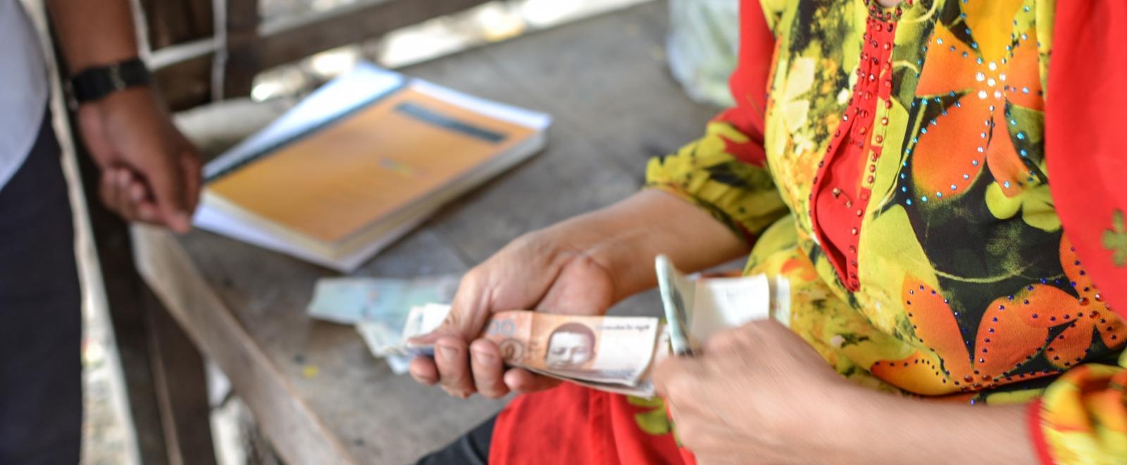 Pasante de microfinanzas en Camboya otorgando pequeños créditos.